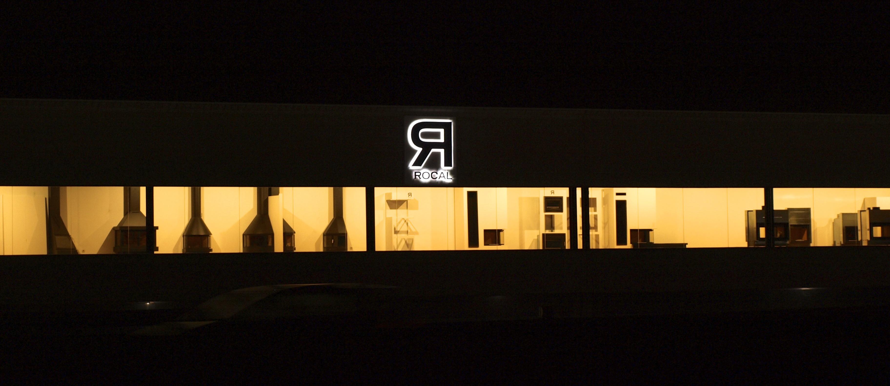 Manufacturas Rocal, vista nocturna desde la carretera