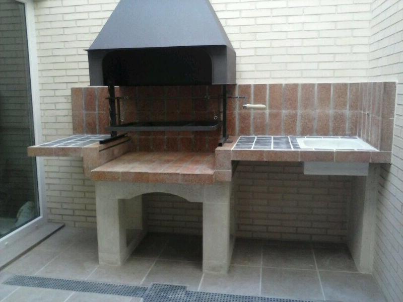 Una barbacoa en la terraza de un tico chimeneas s nchez - Paelleros de obra modernos ...