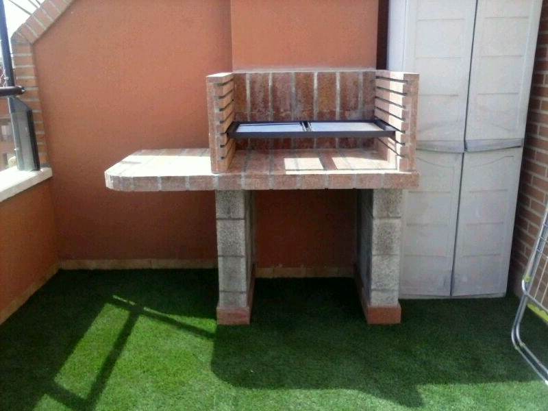Una barbacoa en la terraza de un tico chimeneas s nchez - Ladrillos para barbacoa ...